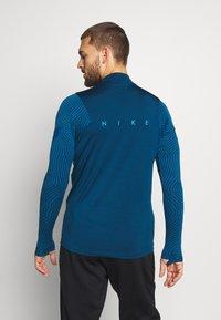 Nike Performance - DRY STRIKE DRILL - Tekninen urheilupaita - valerian blue/laser crimson - 2