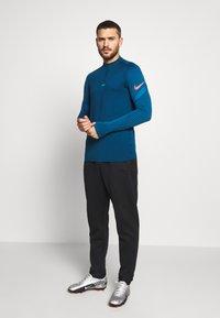 Nike Performance - DRY STRIKE DRILL - Tekninen urheilupaita - valerian blue/laser crimson - 1