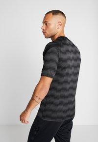 Nike Performance - DRY - Camiseta estampada - black/anthracite - 2