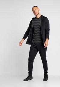 Nike Performance - DRY - Camiseta estampada - black/anthracite - 1