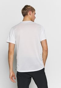 Nike Performance - Print T-shirt - summit white - 2