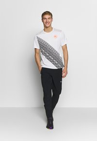 Nike Performance - Print T-shirt - summit white - 1