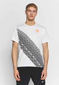 Nike Performance - Print T-shirt - summit white - 0