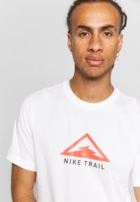 Nike Performance - DRY TEE TRAIL - Camiseta estampada - sail - 4