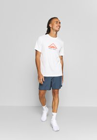 Nike Performance - DRY TEE TRAIL - Camiseta estampada - sail - 1