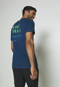 Nike Performance - DRY TEE TRAIL - Camiseta estampada - valerian blue - 2