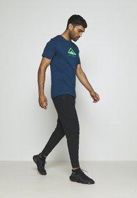 Nike Performance - DRY TEE TRAIL - Camiseta estampada - valerian blue - 1
