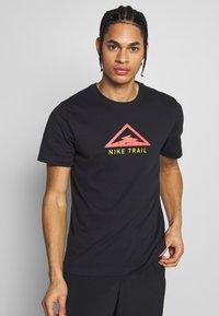 Nike Performance - DRY TEE TRAIL - Printtipaita - black - 0