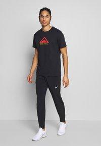 Nike Performance - DRY TEE TRAIL - Printtipaita - black - 1