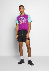 Nike Performance - RISE  - Camiseta estampada - vivid purple/reflective silver - 1