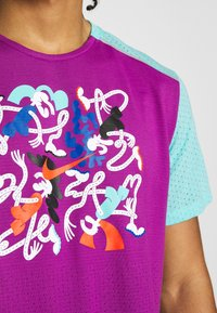 Nike Performance - RISE  - Camiseta estampada - vivid purple/reflective silver - 6