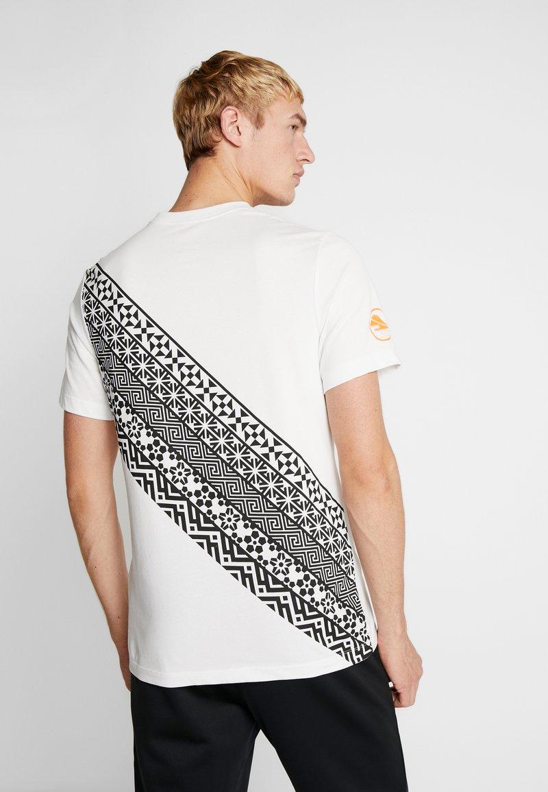 Nike Performance - DRY TEE HAKONE EKIDEN - Camiseta de deporte - summit white