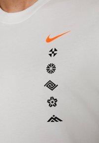 Nike Performance - DRY TEE HAKONE EKIDEN - Camiseta de deporte - summit white - 5