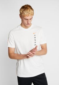 Nike Performance - DRY TEE HAKONE EKIDEN - Camiseta de deporte - summit white - 2
