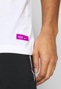 Nike Performance - DRY TEE TOKYO - T-Shirt print - white - 3