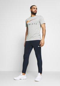Nike Performance - DRY TEE - Camiseta estampada - dark grey heather - 1
