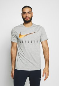 Nike Performance - DRY TEE - Camiseta estampada - dark grey heather - 0