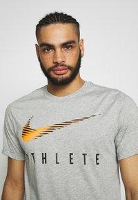 Nike Performance - DRY TEE - Camiseta estampada - dark grey heather - 3