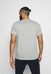 Nike Performance - DRY TEE - Camiseta estampada - dark grey heather - 2