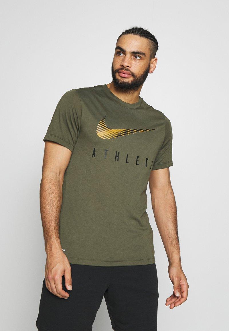 Nike Performance - DRY TEE - Camiseta estampada - cargo khaki
