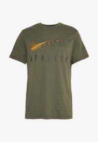 Nike Performance - DRY TEE - Camiseta estampada - cargo khaki - 4