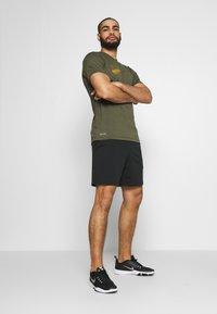 Nike Performance - DRY TEE - Camiseta estampada - cargo khaki - 1