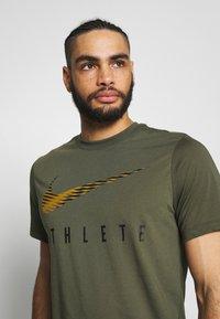 Nike Performance - DRY TEE - Camiseta estampada - cargo khaki - 3
