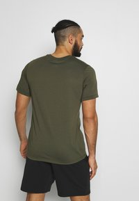 Nike Performance - DRY TEE - Camiseta estampada - cargo khaki - 2