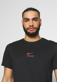 Nike Performance - DRY TEE - T-shirts med print - black/university red - 3