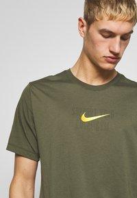 Nike Performance - DRY TEE - T-shirt imprimé - cargo khaki - 3