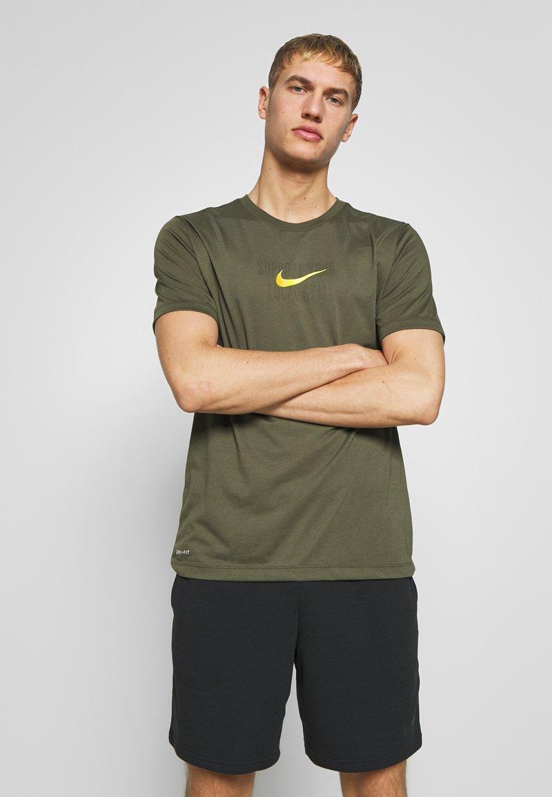 Nike Performance - DRY TEE - T-shirt imprimé - cargo khaki