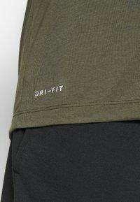 Nike Performance - DRY TEE - T-shirt imprimé - cargo khaki - 5
