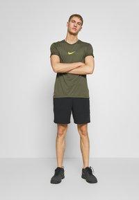 Nike Performance - DRY TEE - T-shirt imprimé - cargo khaki - 1