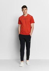 Nike Performance - RISE HYBRID - Camiseta estampada - rust factor - 1