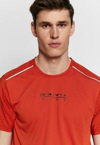 Nike Performance - RISE HYBRID - Camiseta estampada - rust factor - 3