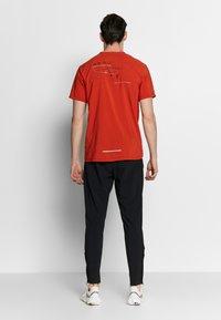 Nike Performance - RISE HYBRID - Camiseta estampada - rust factor - 2