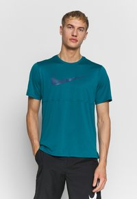 Nike Performance - BREATHE RUN - Camiseta estampada - bright spruce - 0