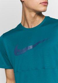 Nike Performance - BREATHE RUN - Camiseta estampada - bright spruce - 4