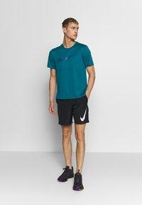 Nike Performance - BREATHE RUN - Camiseta estampada - bright spruce - 1
