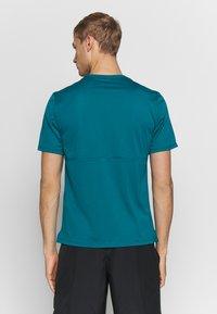 Nike Performance - BREATHE RUN - Camiseta estampada - bright spruce - 2