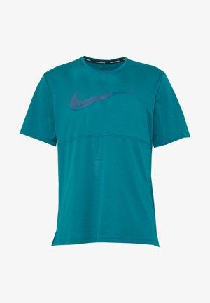 BREATHE RUN - T-shirt med print - bright spruce