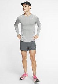 Nike Performance - ULTRA - T-shirt de sport - smoke grey/light smoke grey - 1