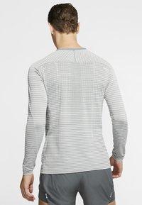Nike Performance - ULTRA - T-shirt de sport - smoke grey/light smoke grey - 2