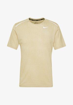 M NK DRY MILER SS JACQUARD FF - T-Shirt print - string/white