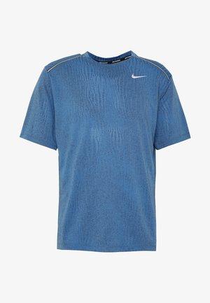 DRY MILER - Camiseta estampada - smoke grey/pacific blue