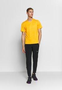 Nike Performance - M NK DRY MILER SS JACQUARD FF - Camiseta estampada - magma orange/laser orange - 1