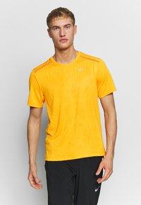 Nike Performance - M NK DRY MILER SS JACQUARD FF - Camiseta estampada - magma orange/laser orange - 0