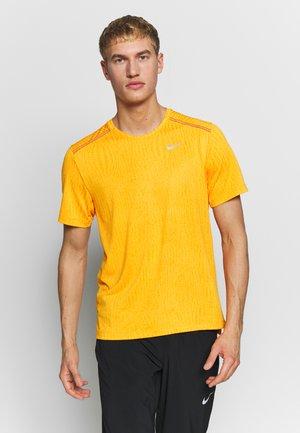 M NK DRY MILER SS JACQUARD FF - Print T-shirt - magma orange/laser orange