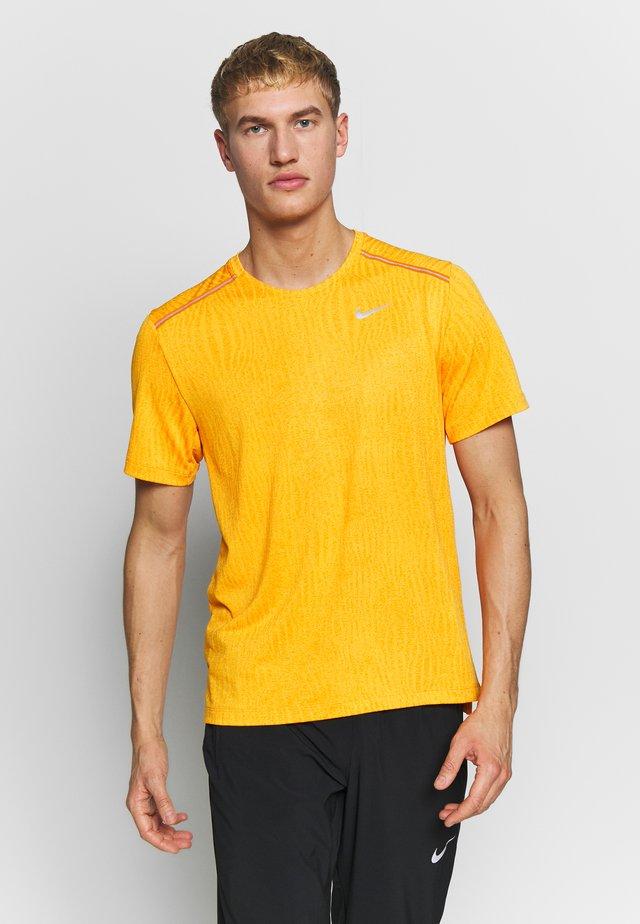 M NK DRY MILER SS JACQUARD FF - T-shirt print - magma orange/laser orange