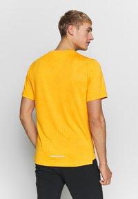 Nike Performance - M NK DRY MILER SS JACQUARD FF - Camiseta estampada - magma orange/laser orange - 2